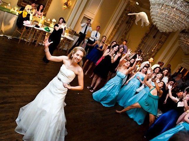 Кидает букет невеста